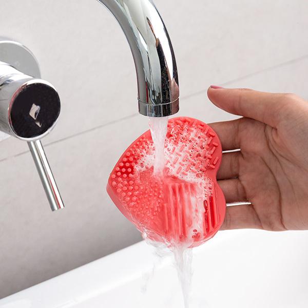 idee-cadeau-femme-nettoyeur-brosses-et-pinceau-pratique